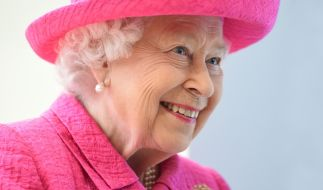 Queen Elizabeth II. mag ein Gläschen in Ehren nicht verwehren. (Foto)