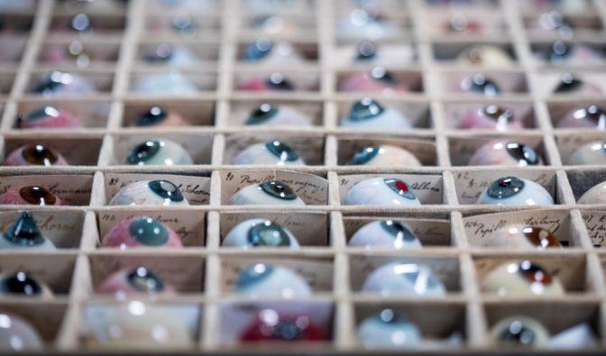 Blind wegen Kontaktlinsen