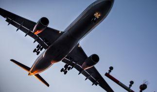 Nur knapp über den Köpfen der Schaulustigen. In Skiathos fliegen die Flugzeuge sehr flach ein. (Symbolbild) (Foto)
