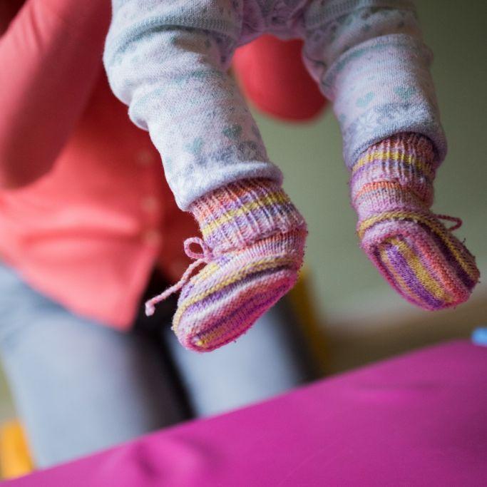Kleinkind mit Fäkalien malträtiert - Strafe gegen Tagesmutter überrascht (Foto)