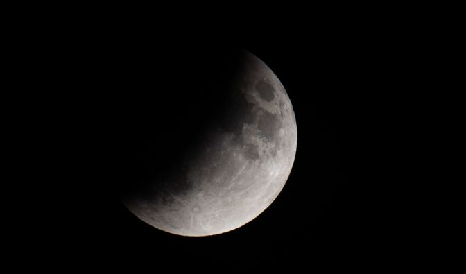 Der Mond ist während einer partiellen Mondfinsternis etwa zur Hälfte durch den Schatten der Erde verdeckt. (Foto)