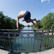 Nackte Touristin springt von 45 Meter hoher Brücke (Foto)