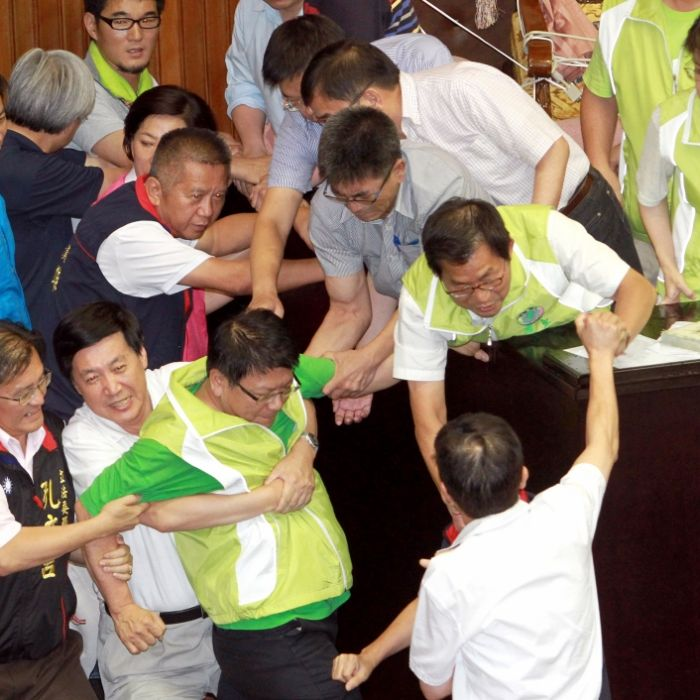 Prügel im Parlament! SO handfest zoffen sich Politiker (Foto)