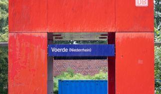 Ein 28-jähriger Mann hat nach Polizeiangaben am Bahnhof im niederrheinischen Voerde eine 34-jährige Frau vom Bahnsteig vor einen einfahrenden Zug gestoßen. Trotz der Rettungsbemühungen sei sie noch am Ort gestorben. (Foto)
