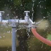 Kind mit Wasser aus Gartenschlauch verbrüht (Foto)