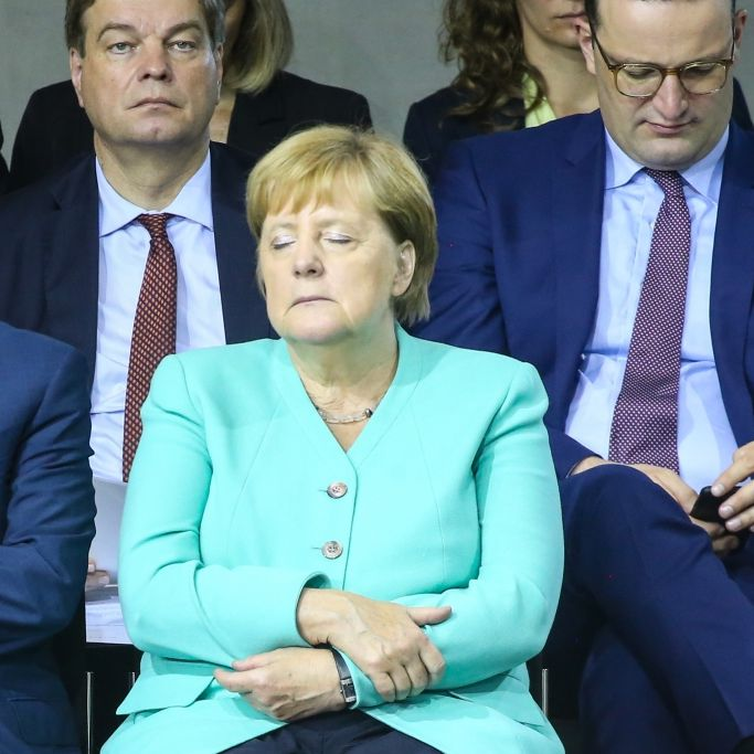 Bundeskanzlerin bei der Vereidigung von AKK eingeschlafen? (Foto)