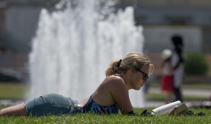 Bei der Hitze im Park zu liegen ist für viele der optimale Umgang mit der Hitze, wenn keine Arbeit anliegt.