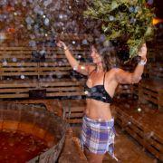 Irgendwie eine verrückte Idee! Die Sauna hat aber oftmals auch ein Sommerangebot.