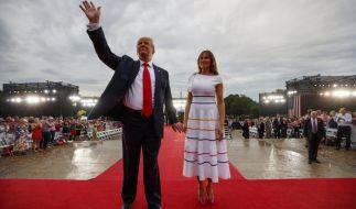 So sieht Trump sich gern. Souverän, umjubelt und an der Seite seiner Ehefrau Melania. (Foto)