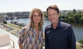 """Die Moderatoren Jessy Wellmer (ARD) und Rudi Cerne (ZDF) stehen bei einer Pressekonferenz zur Sportveranstaltung """"Die Finals – Berlin 2019"""" auf einer Terrasse an der Spree. (Foto)"""