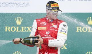 Mick Schumacher feiert seinen Formel-2-Sieg auf dem Hungaroring. (Foto)