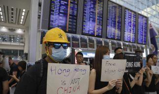 Demonstranten stehen am Flughafen von Hongkong. (Foto)