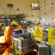 Schilder weisen am 08.03.2017 im Reaktorgebäude des Kernkraftwerks Mülheim-Kärlich auf radioaktive Strahlung hin. (dpa)
