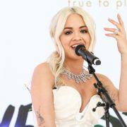 Rita Ora urlaubt gerade in Sardinien.