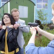 Jan(Markus Ertelt) nimmtShirin (Gamze Senol)als Geisel.
