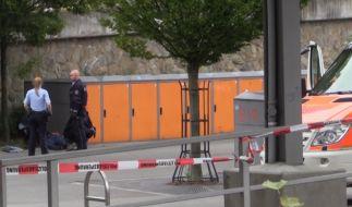 Iserlohn steht unter Schock: Polizisten untersuchen nach der tödlichen Messerattacke den Tatort. (Foto)