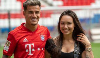 Philippe Coutinho kam samt Ehefrau Aine zur Vorstellung beim FC Bayern München. (Foto)