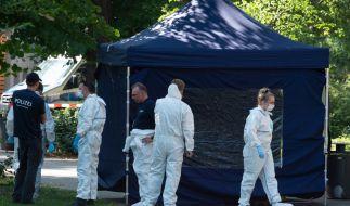 Beamte der Spurensicherung sichern in einem Faltpavillon Spuren am Tatort. (Foto)