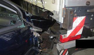 Das Foto der Polizei Dortmund zeigt einen VW Golf, der in einen Lastwagen gefahren ist. (Foto)