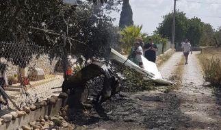Dieses von der Feuerwehr der Balearen zur Verfügung gestellte Bild, zeigt das Wrack eines Flugzeugs bei Inca in Palma de Mallorca. (Foto)