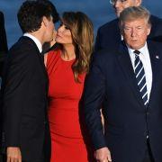 Donald Trump abserviert! ER wird jetzt von der US-First Lady geküsst (Foto)