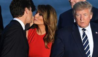 Melania Trump drücktJustin Trudeau ein Küsschen auf die Wange. Donald Trump scheint wenig begeistert. (Foto)