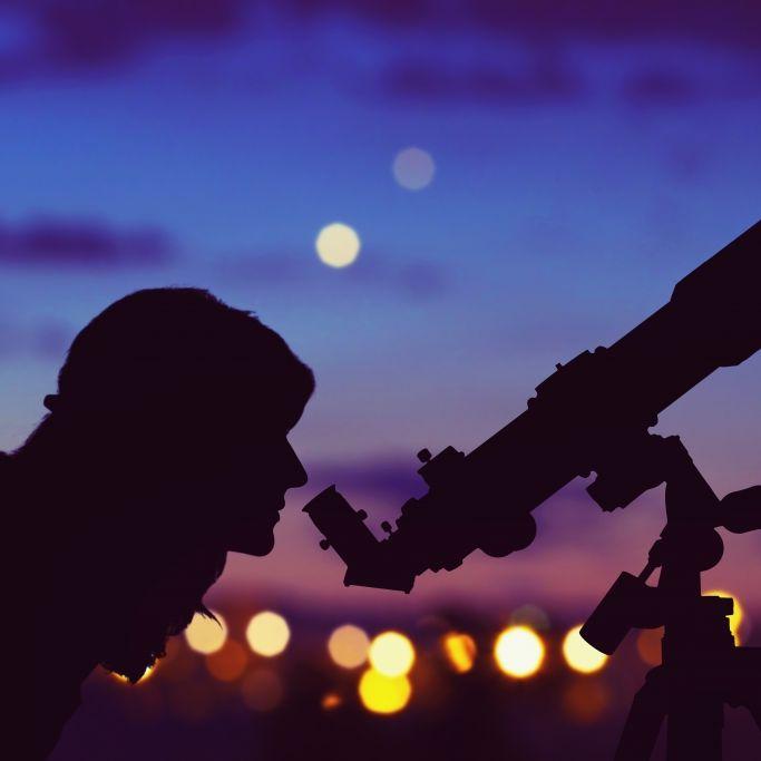 Herbstlicher Astro-Zauber dank Epsilon-Perseiden und Mini-Vollmond (Foto)