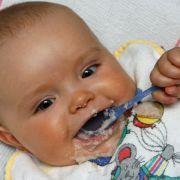 Zu viel Zucker! DIESE Babybreie sollten Sie nicht füttern (Foto)