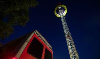 Die Plattform eines Aussichtsturm eines fränkischen Freizeitparks ist am Nachmittag mit mehr als 20 Menschen steckengeblieben. Mit einer großen Rettungsaktion wurden die Betroffenen aus dem Fahrgeschäft am Abend geborgen. (Foto)