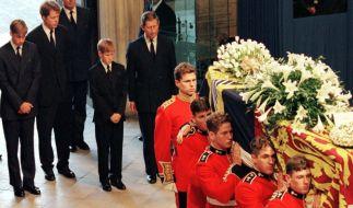 Nach dem tragischen Unfalltod von Prinzessin Diana trauerte Charles Earl Spencer mit Prinz Charles, Prinz William und Prinz Harry um die verstorbene Lady Di. (Foto)
