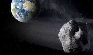 Die künstlerische Darstellung zeigt einen erdnahen Asteroiden (rr) im Vorbeiflug. (Foto)