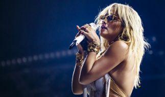 Rita Ora lässt wieder tief blicken. (Foto)