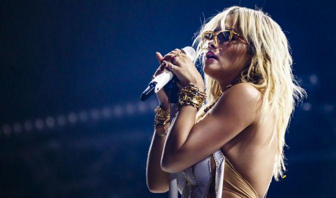 Rita Ora halbnackt