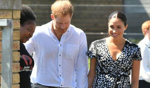 Der britische Prinz Harry, Herzog von Sussex und Meghan, Herzogin von Sussex treffen im Township Nyanga ein. Prinz Harry und seine Frau Meghan beginnen ihre 10-tägige Afrikareise. (Foto)