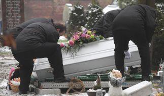 Bestatter senken den Sarg des sechsjährigen Mädchens, das am 12.01.2019 in Torgelow getötet wurde, auf dem Friedhof ins Grab ab. (Foto)