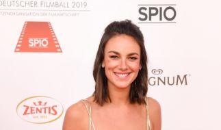 Beim Deutschen Filmball 2019 zeigte sich Janina Uhse noch deutlich züchtiger. (Foto)