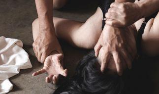 Ein 18-Jähriger muss sich wegen der versuchten Vergewaltigung seiner eigenen Mutter vor Gericht verantworten (Symbolbild). (Foto)