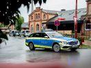 Ein Fahrzeug der Polizei steht vor dem Bahnhof. (Foto)