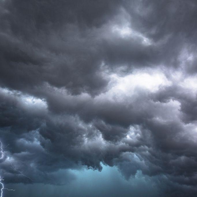 News-Ticker:Video zeigt Tornado über Norddeutschland - Mann stirbt in Auto (Foto)