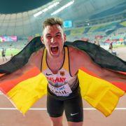 Niklas Kaul jubelt über Sensations-Gold im Zehnkampf bei der Leichtathletik-WM in Doha.