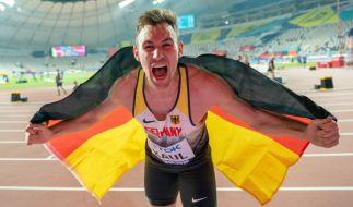 Niklas Kaul triumphiert in Doha nach dem Sieg im Zehnkampf. (Foto)