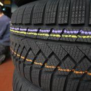 Jetzt sollten Autofahrer die Profiltiefe ihrer Winterreifen überprüfen. (Foto)
