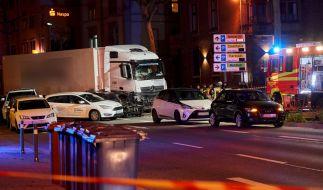 Ein gestohlener Lastwagen ist im hessischen Limburg auf mehrere vor einer roten Ampel vor dem Landgericht stehende Fahrzeuge aufgefahren. Es gab mehrere Verletzte. (Foto)