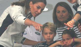 Anscheinend gibt Kate Middleton ihre Kinder lieber zu Mutter Carole als zu Prinz Charles. (Foto)