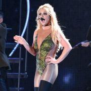 Zeigt sie zu viel? Beinahe nackte Britney spreizt beim Yoga die Beine (Foto)