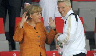 Angela Merkel und Bastian Schweinsteiger im Jahr 2008. (Foto)