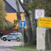 Polizisten sichern die Umgebung von Wiedersdorf/Landsberg. Neben den Schüssen in Halle hat es auch Schüsse im rund 15 Kilometer entfernten Landsberg (Saalekreis) gegeben.