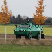 Ein gepanzertes Fahrzeug der Polizei auf der Suche nach dem Täter.