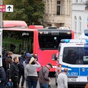 Erst am Abend wurden Mitglieder der jüdischen Gemeinde und Besucher der Synagoge in einem Bus von der Synagoge weggefahren.