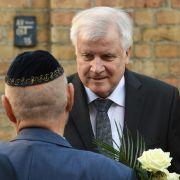 Nach dem Anschlag auf die Synagoge in Halle/Saale legt Innenminister Seehofer Blumen nieder.